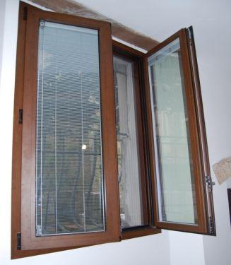 Infissi finestra a battente in alluminio con veneziana for Sunbell veneziane interno vetro