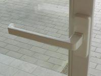 Particolare maniglia traslante scorrevole
