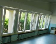 Infissi: finestre fisse e vasistas in legno con maniglia laterale
