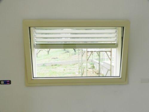 infissi finestra a vasistas in alluminio motorizzata